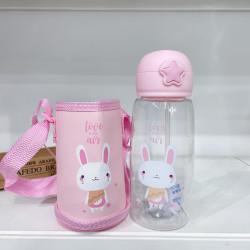 Бутылка с чехлом детская пластиковая, поильник, розовая. Кролик. 700 мл.