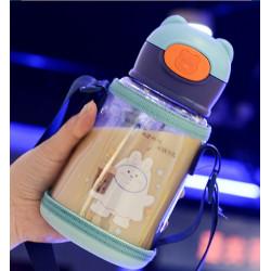 Бутылка детская пластиковая с силиконовым чехлом, поильник, голубая. Зайка с коктейлем. 550 мл.