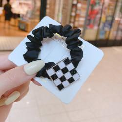 Резинка для волос, черная. Квадрат в шахматную клетку.