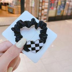 Резинка для волос, черная. Сердце в шахматную клетку.